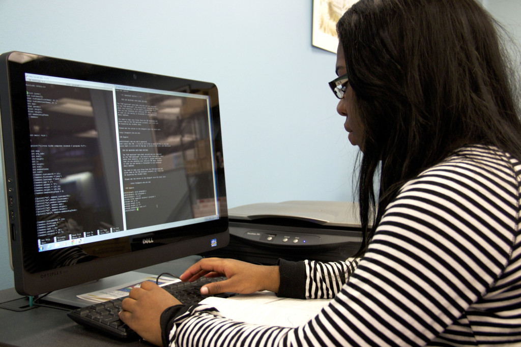 Senior engineer major Cjivona Hicks coding a program in a computer  lab at UNT's Discovery Park. Photo by Kelsey Littlefield / Staff Photographer