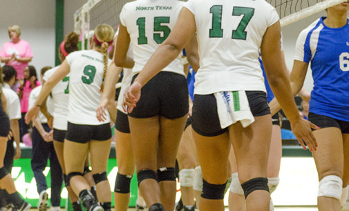 Volleyball team honors late mother of teammate
