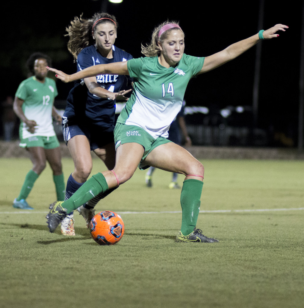 North Texas junior forward Anna Flobeck (14) attempts to gain control of the ball following a throw in earlier this season. Colin Mitchell | Intern Photographer