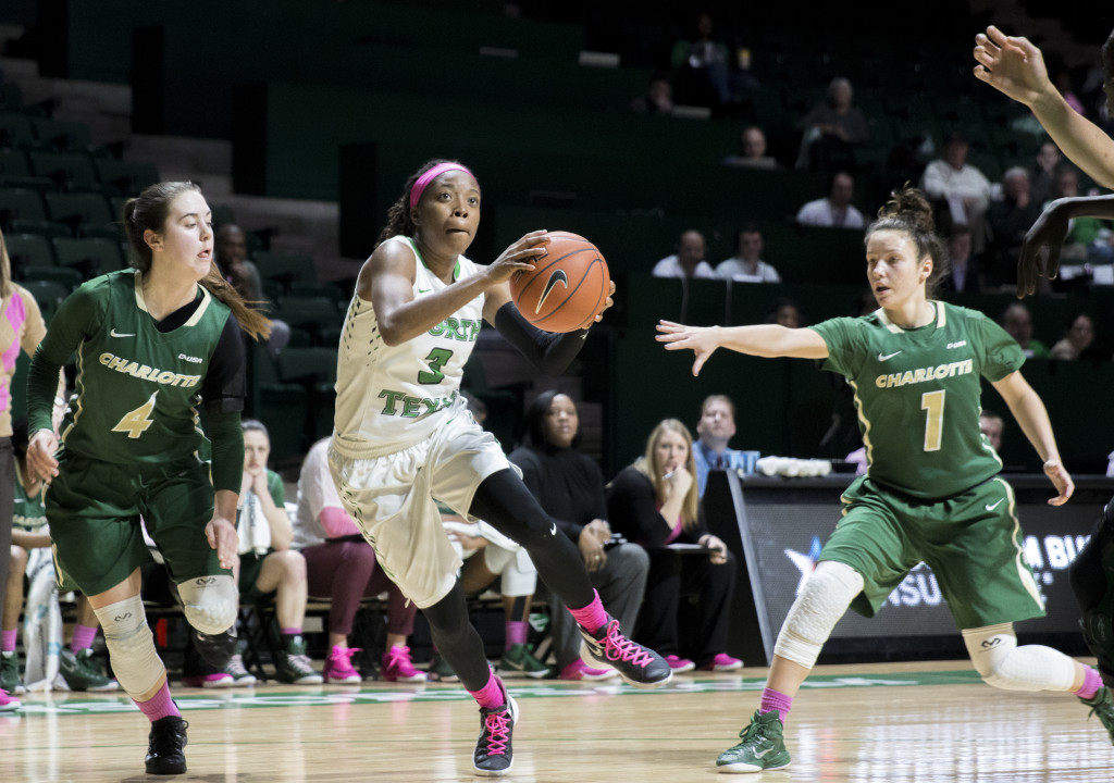 Junior guard Kelsey Criner (3) drives the basket for a layup against the Charlotte 49ers. Colin Mitchell | Senior Staff Photographer