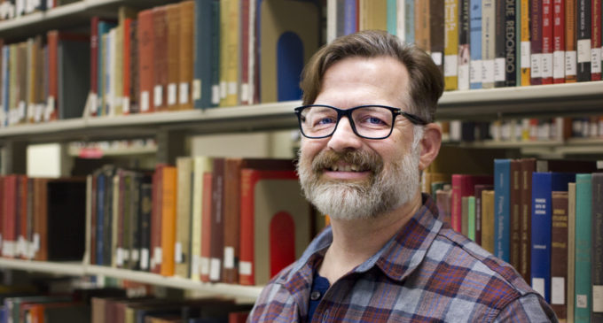 UNT librarian guides students through research